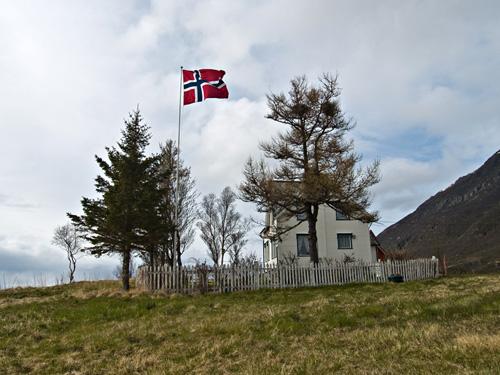 Bilder av gammelt hus i Nord Norge to 17. mai på rad