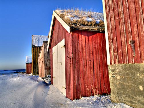 HDR (high dynamic range) bilde av en rekke med naust i Nord Norge