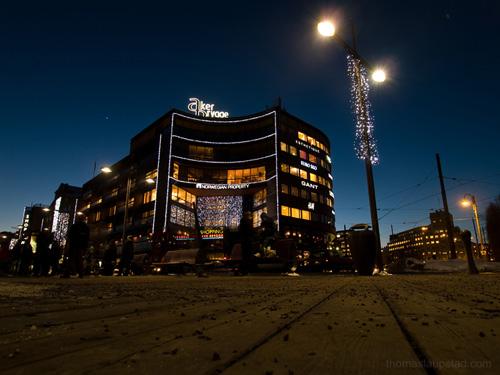Kveldsbilde fra Aker Brygge tatt fra bakkeperspektiv