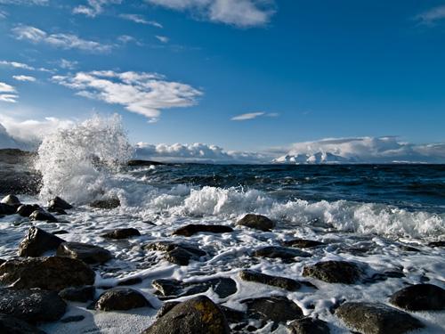 Bilde av bølger og første snø i Nord Norge