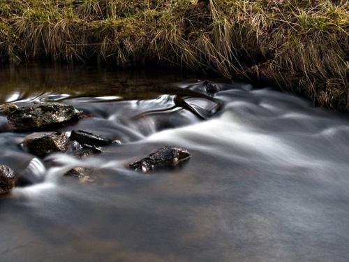 Bilde av elv tatt med lang eksponerings - 10 sekunder lang lukkertid