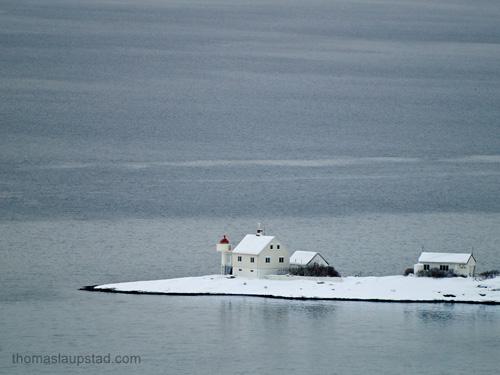 Bilde av et fyr på et snødekt nes i Oslofjorden
