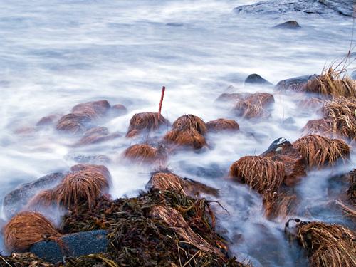 Bilde av høyt tidevann på kysten i Nord Norge tatt med lang eksponering