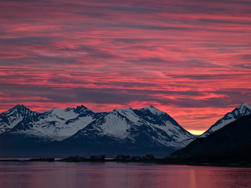 Bilde av fantastiske midnattssol skyer over Senja i Nord Norge