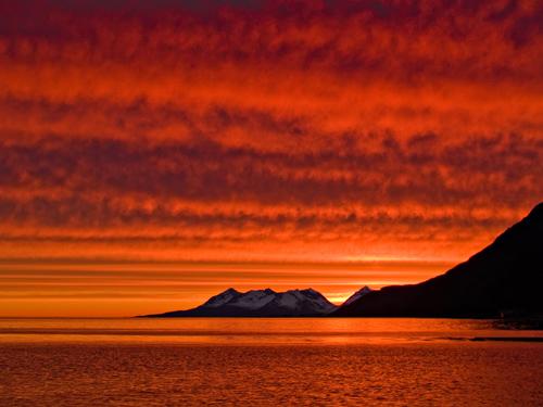 Foto av fantastisk rød midnattssol himmel i Nord Norge