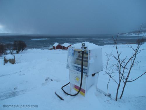 Bilde av snøstorm på vei inn mot bygd i Nord Norge