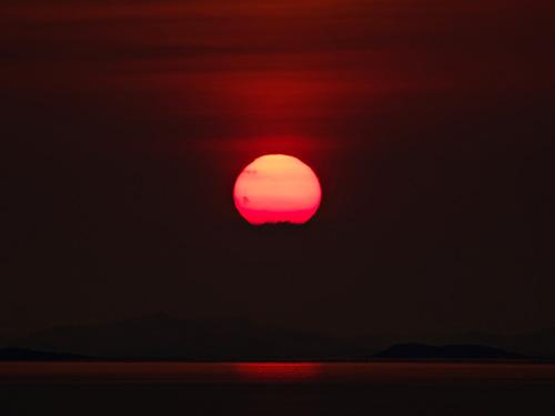 Bilde av solnedgang i havet - Zoomet inn på solen